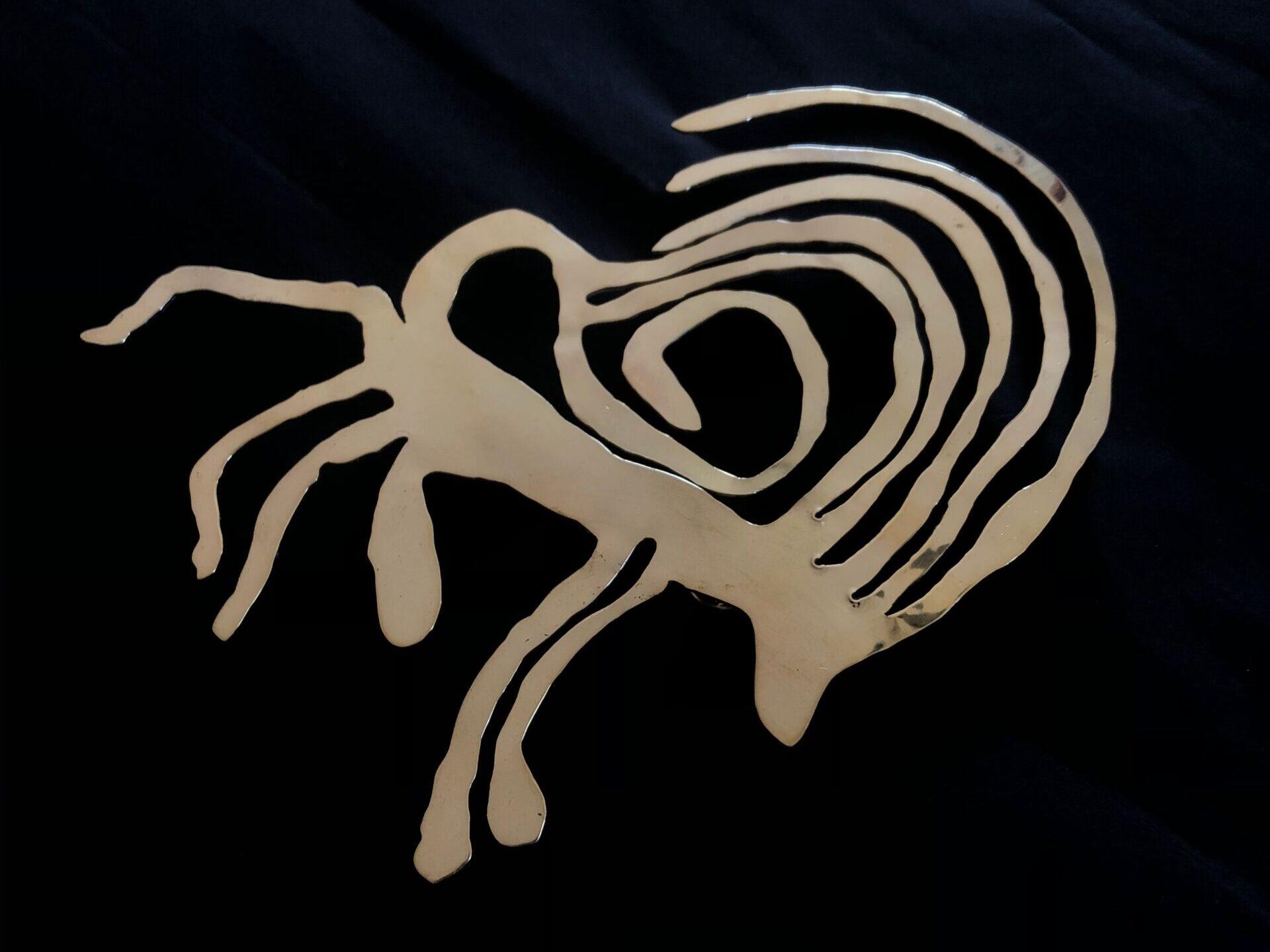 Suri x A.C.   SURI ha collaborato con Alberto Cornolò, fashion designer emergente (IUAV – Venezia) creando due gioielli per la collezione che ha sfilato durante Milano Fashion Week 2020. SURI ha realizzato due gioielli, pezzi unici, in ottone tagliato a mano e lucidato a specchio, dall'orecchino scende una cascata di perle di fiume dalle quali scaturisce un gioco di luce e movimento sul corpo di chi lo indossa.    Milano, 2020